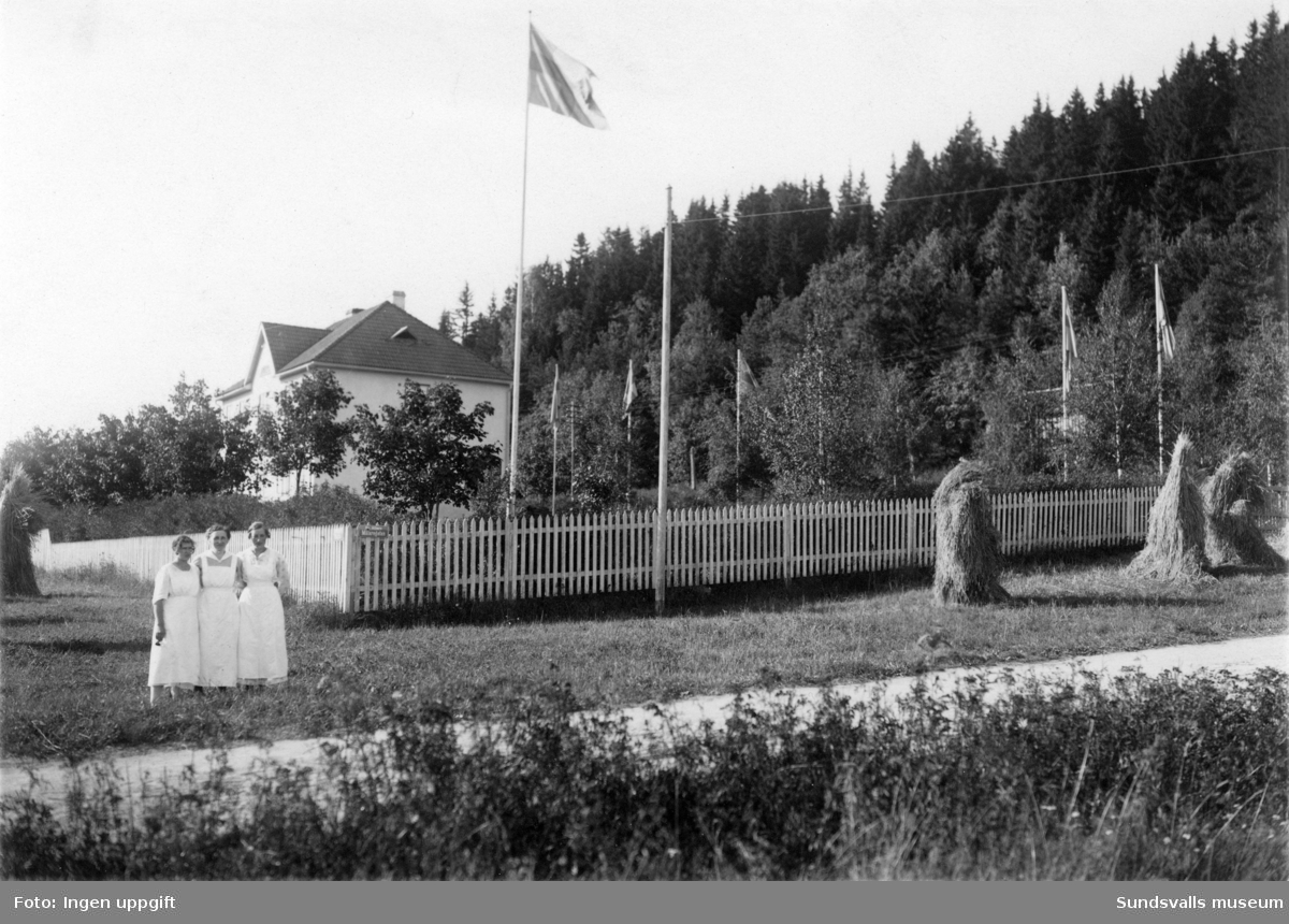 Vårdpersonal utanför Barnupptagnings och Förlossningsanstalten, Villagatan 16.