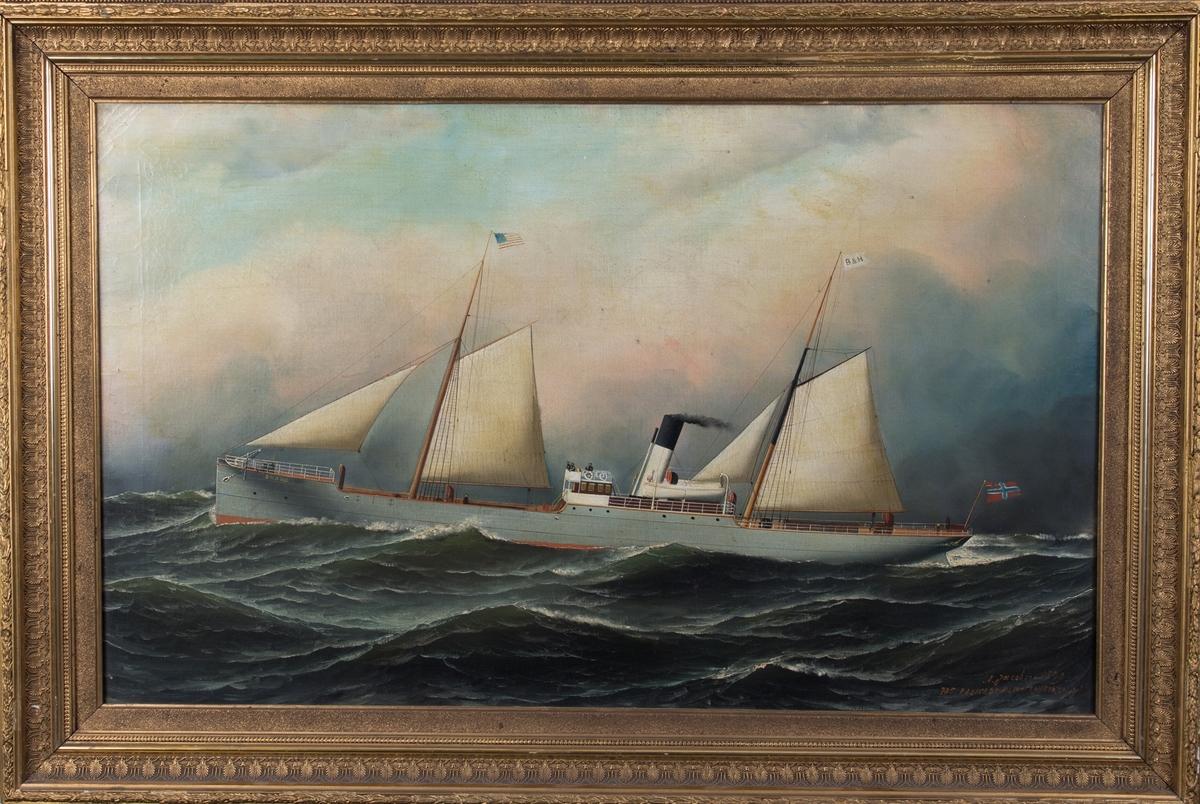 Skipsportrett av DS BRAGE under fart med seilføring. I åpen sjø med amerikanske flagg i formast samt unionsflagg akter.