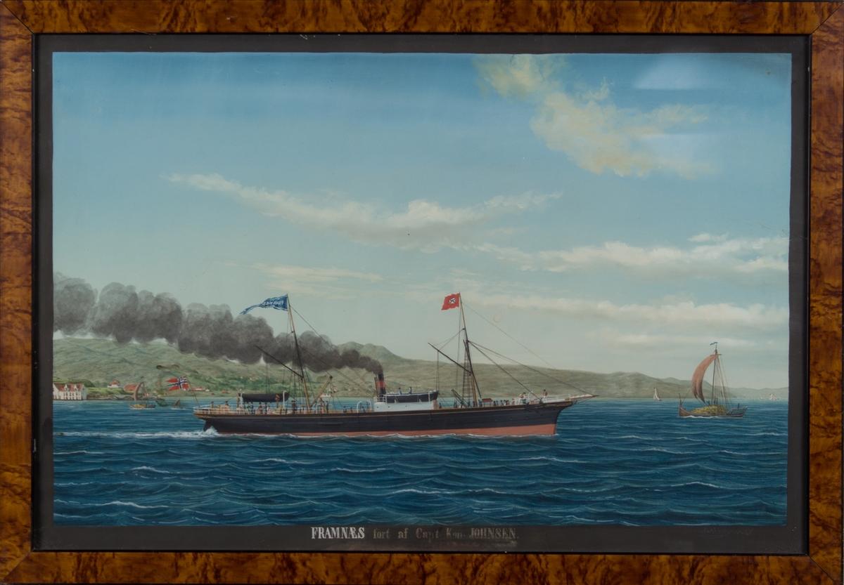 Skipsportrett av dampskipet FRAMNÆS under fart med land i bakgrunn. Med unionsflagg akter