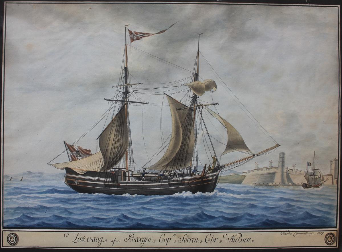 Skonnertbrigg LAXEVAAG under fulle seil. I bakgrunnen muligens den fransk havnen til Marseilles. Skipet fører dansk seil med kongelig monogram. Dette var påbudt for norsk-danske handelsskip i Middelhavsfart 1757-1865.