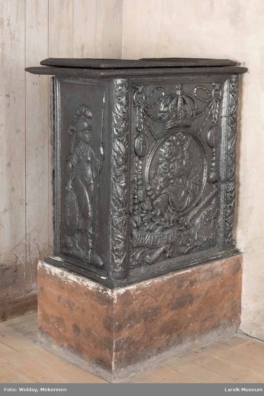1. etasje rektangulær, 2 etasje portalf. kassef. unders/tre  :136,7 H:u/und.st.:108,2 1.etasje langside: Venus i Vulkans smie krever våpen til Æneas 1. etasje kortside: krigerske emblemer Holden/runding m/pil, Ano 1772 2.etasje kortside: rokokko-ornamentikk 2. etasje langside: uregelmessig åpning, rokokko-ornamentikk.
