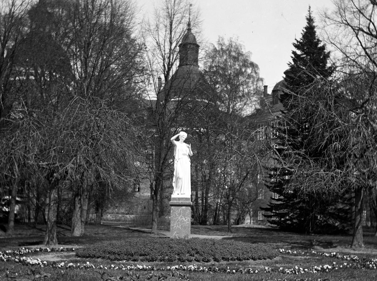 Vacker staty i parken (Örebro?)