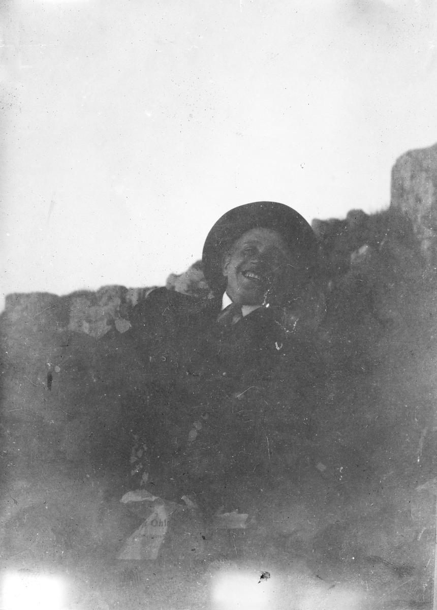 """Tur til """"Jomfru Trufast"""" sommeren 1916. Eivald Havheim Røren er avbildet."""