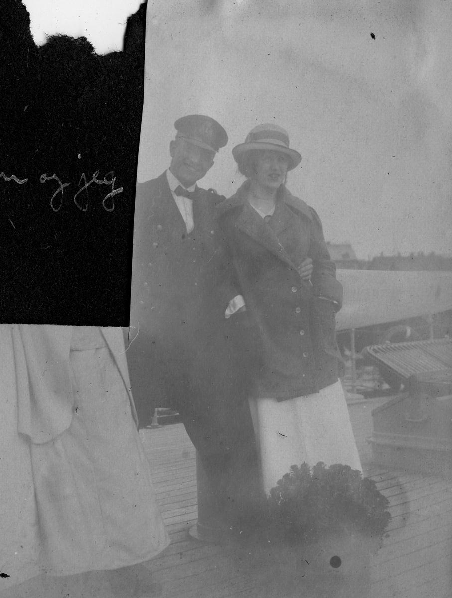 """Ragnhild Gundersen og løytnant E.Røren på kanonbåten """"Fridjof"""", Vardø sommeren, 1916. """"Løytnant E.Rø"""