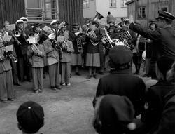 Syttende mai i Vadsø 1951. Vadsø jentekorps og Guttemusikken
