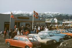 Folk og biler foran Kvedfjord Sparebank.
