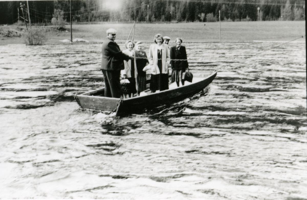 Ferja på Langedrag som var i bruk til 1955, då brua vart bygd. Ferja hadde ei ulukke i 1950 og ein passasjer døde, Karine Langedrag.