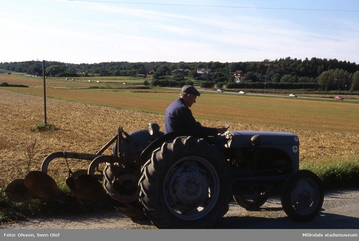Valter Johanssons traktor körs från Fässberg Mellangård till Lanbruksmuseet i Kvarnbyn. I bakgrunden ses Eklanda. Mölndal, 29/8 1989. Kv 6:3.