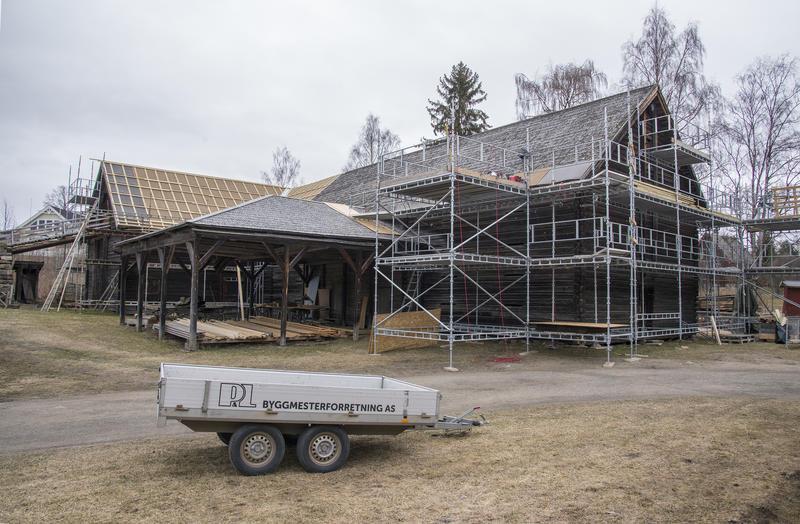 Tomterlåven midt i prosessen med å skifte taket. (Foto/Photo)