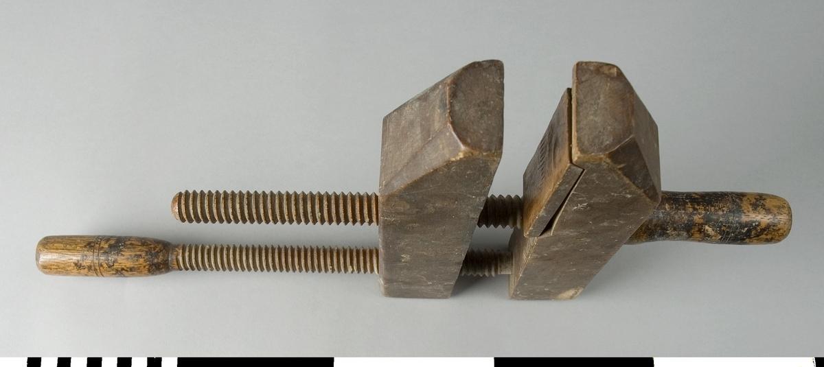 Skruvblock av trä. Skruvblocket består av två raka parallella trästycken som är förbundna med två träspindlar. Den ena träspindeln skruvas genom mitten av de båda trästyckena. Den andra skruvas genom ett av trästyckerna från det motsatta hållet cirka 25 mm från bakkanten av trästycket. Änden av spindeln kan skruvas in i ett ca. 20 mm djupt hål i det motstående trästycket. Det ena trästyckets del som ligger an med tryck mot arbetsstycket vid limning har en träplatta som är nedsänkt i trästycket med möjlighet att ändra vinkeln något vid pressining.  Funktion: Hålla ihop delar som limmas