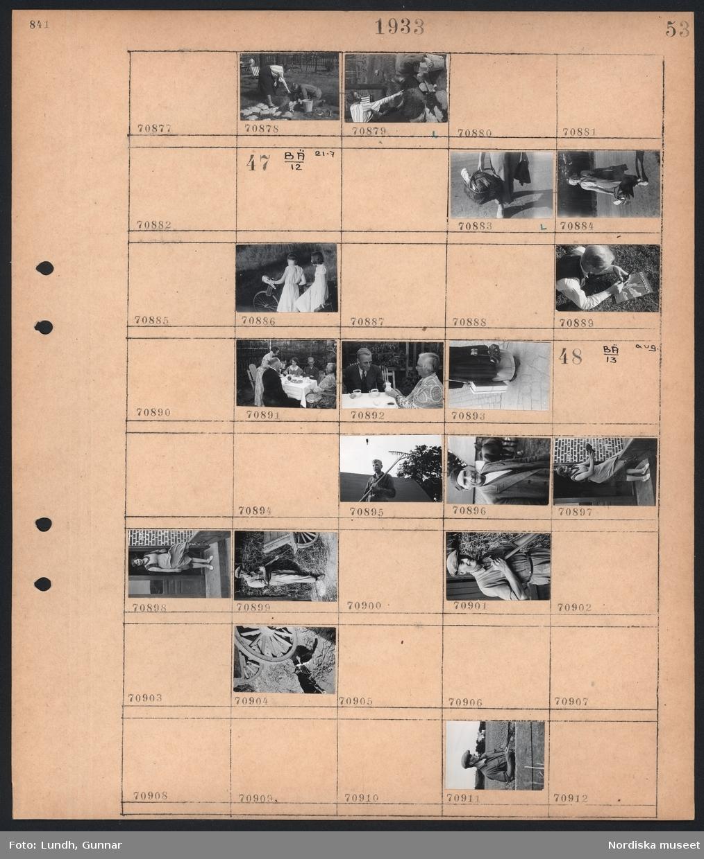 Motiv: (ingen anteckning) ; En kvinna och en man arbetar i en trädgård.  Motiv: (ingen anteckning) ; En kvinna bär en packad korg, två flickor på en cykel, en man ligger i gräset och stoppar en pipa och tidningen Filmjournalen ligger i gräset, kvinnor och män sitter kring ett dukat bord och dricker kaffe, detaljbild av en kvinna som bär ett paket och en handväska.  Motiv: (ingen anteckning) ; En man håller en räfsa, porträtt av en man, porträtt av en kvinna, en katt.