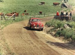 Röd Saab 96 på landsväg. Midnattssolsrallyt 1964.