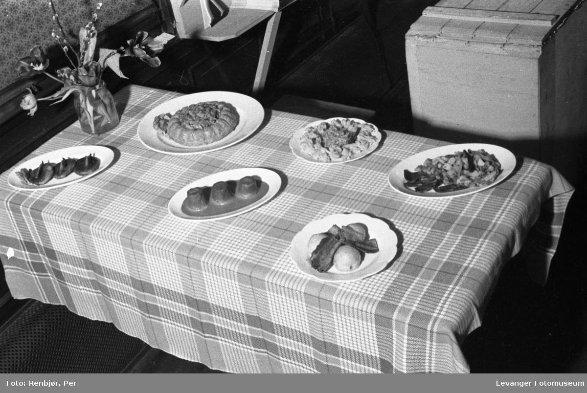 Kostholdsmessa i 1936, ulike varme retter.