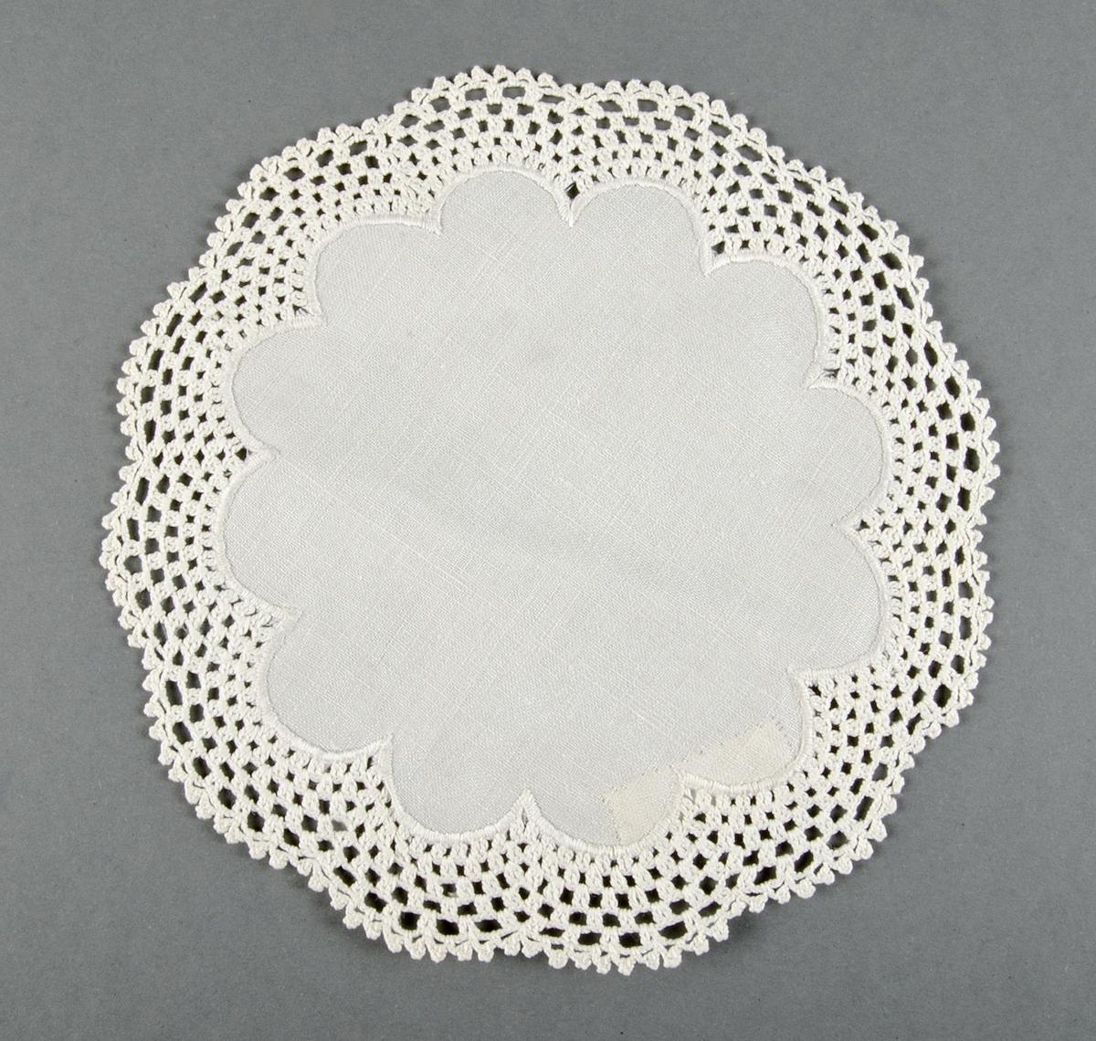 Av vit linnelärft med bred virkad spetskant.