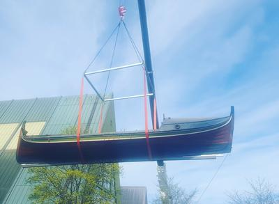 Trebåt heises opp i lufta med kran utenfor Båthallen.. Foto/Photo