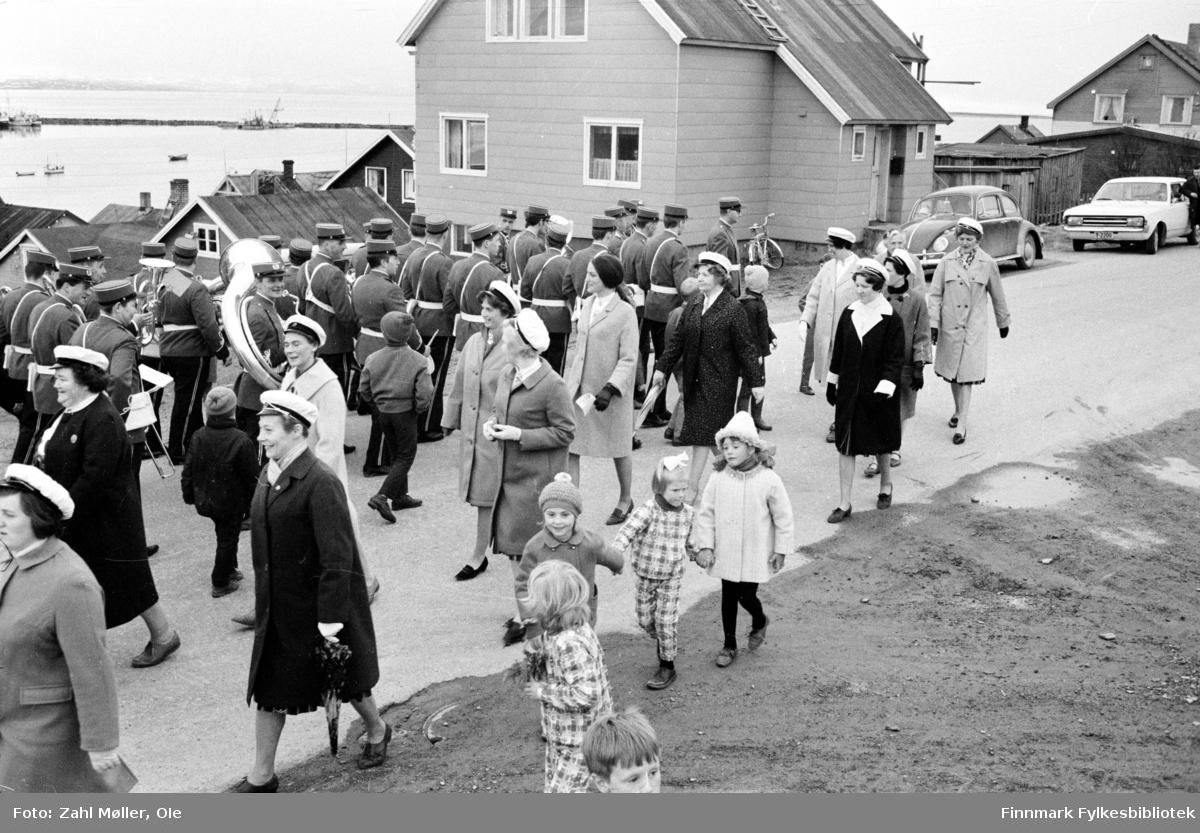 Vadsø 1968, Sangen og Musikkens Dag. Korps og sangere går i prosesjon. Barna følger med.