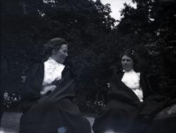 Två kvinnor på Tuna gård.