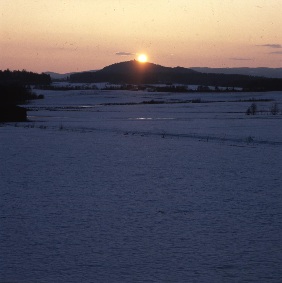 Solnedgång över Bulleberget. Bild tagen från Sunnanåker, Glössbo.