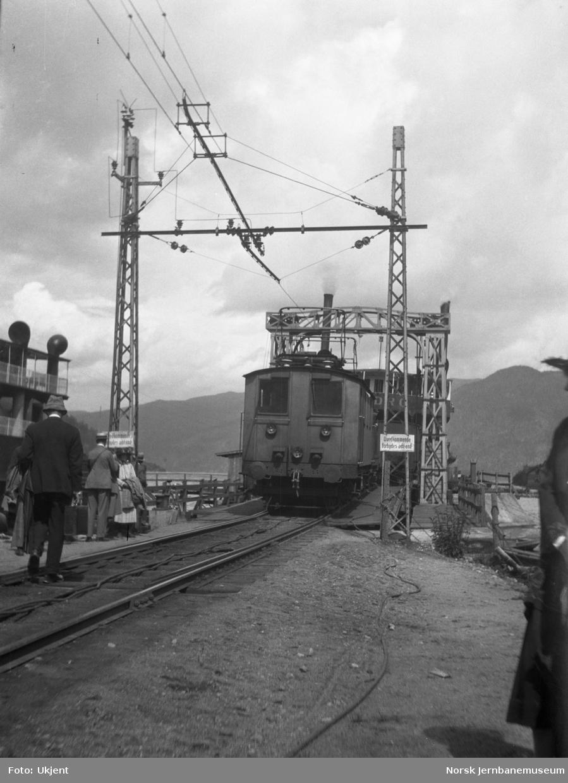 Skifting av materiell ombord på fergen på Mæl stasjon