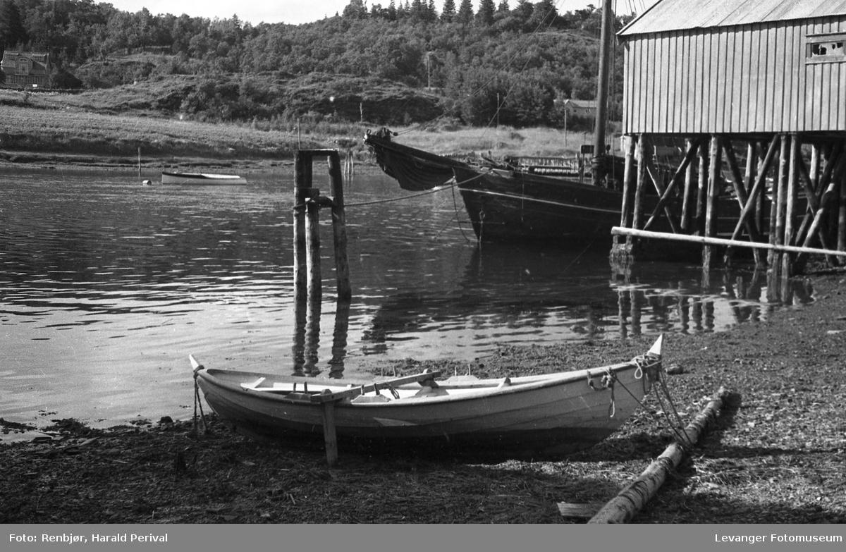 Fra Levangersundet, med utsikt mot Nesset.  robåt ved brygga.