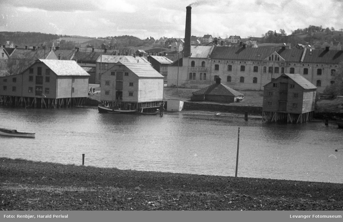 Melkefabrikken og bryggene sett fra Nesset.