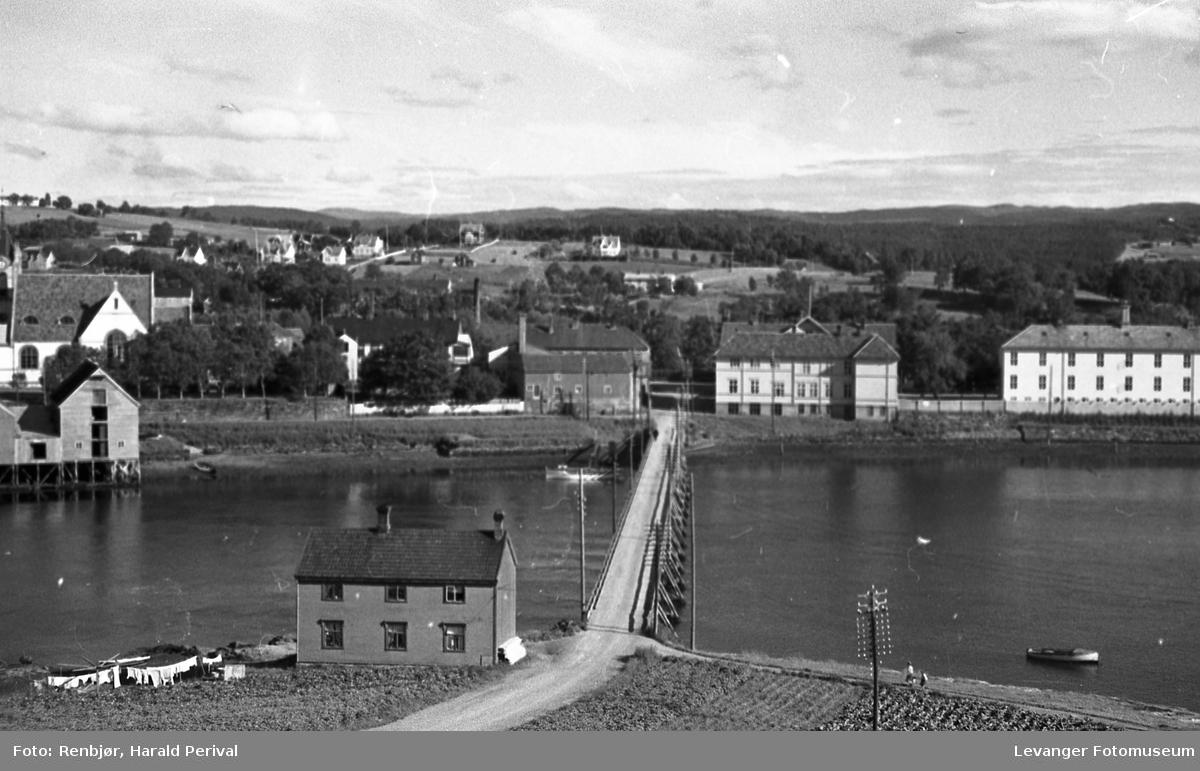 Fra Levangersundet, tatt fra Nesset sida, middelskolebygget.
