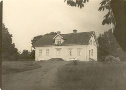 Högsby gård. Huvudbyggningen. Putsat trähus med sadeltak. S