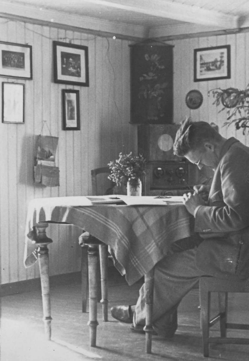 Knut Bergsland mearan lij Fjellheimesne, Praahke 1941. Dïhte dåakteregraadem veelti 1946 tjaaleginie Røros-lappisk Grammatikk, jïh gærja Røros-samiske tekster lij akte ryöktesth illedahke Bergslanden gihtjehtimmijste jïh soptsestimmijste, joekoen Julie Axmanine.   /  Knut Bergsland under sitt opphold på Fjellheim, Brekken i 1941. Han tok doktorgrad i 1946 med avhandlinga Røros-lappisk Grammatikk, og boka Røros-samiske tekster var et direkte resultat av Bergslands mange intervju og samtaler, særlig med Julie Axman.