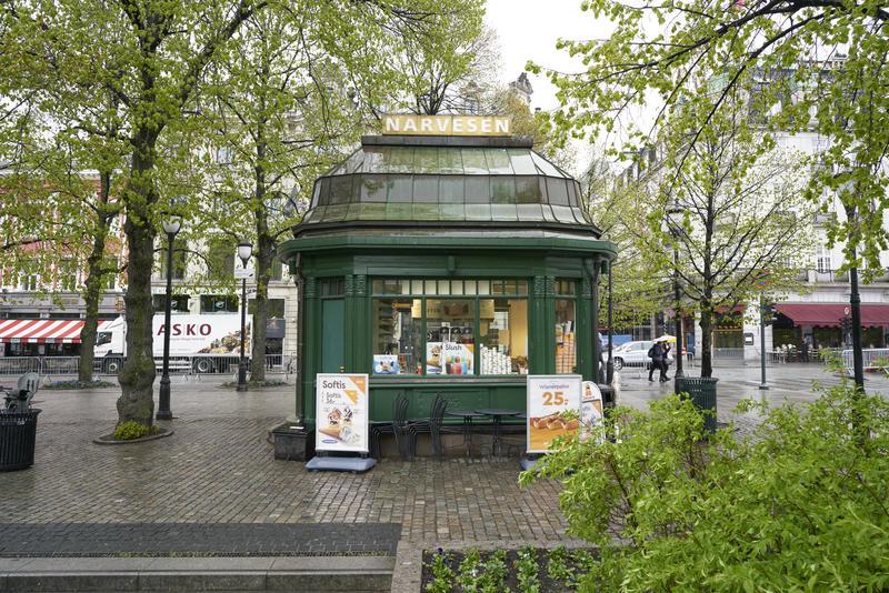 Baksiden av Narvesen-kiosk med reklame for is.