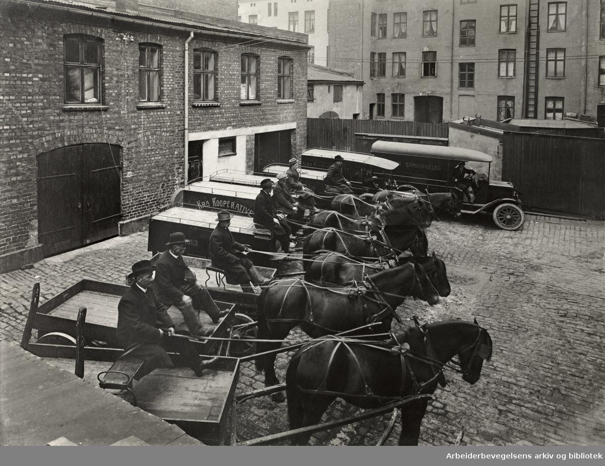 Oslo Samvirkelag. Kristiania Samvirkelags hestekjøretøy og biler på gårdsplassen i Helgesens gate 14. Oktober 1916...