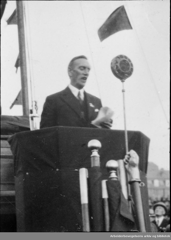 Oscar Torp taler 1. Mai 1932 på Dælenenga idrettsplass.