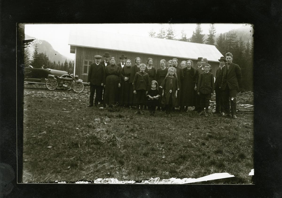Gravferdsfølge på Tronhus. Etter gravferda til Sigurd Tronhus i 1923.