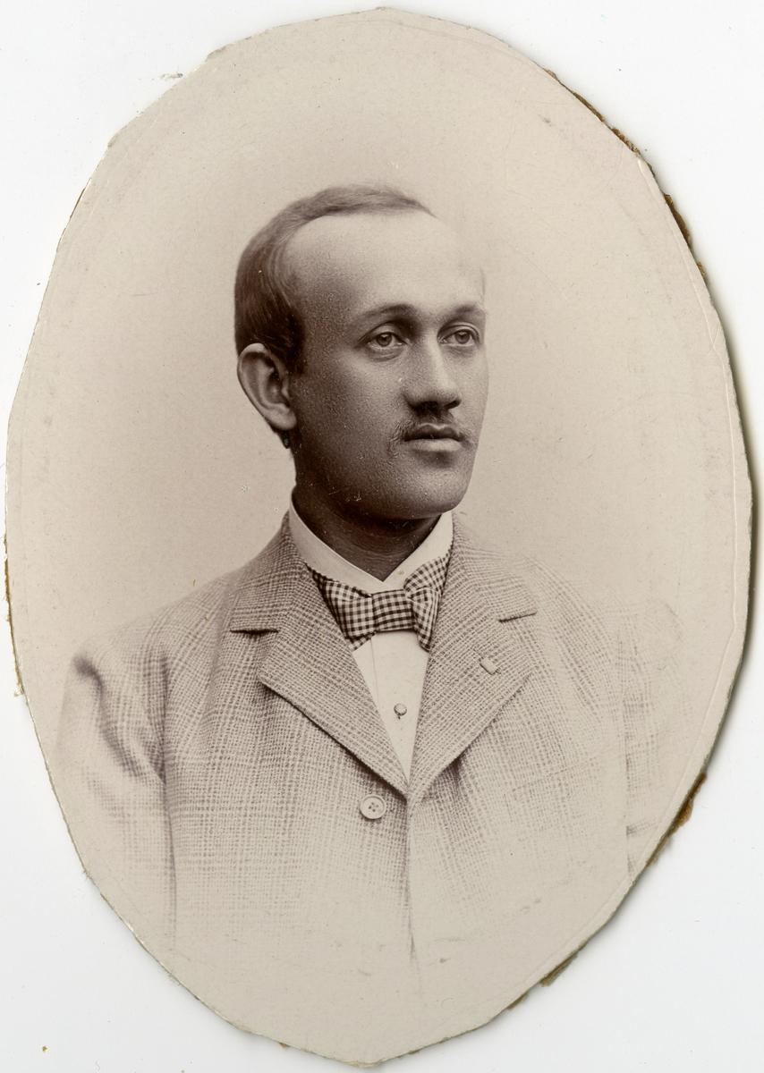Porträtt av A. Nyström vid Stockholms Tyg-, ammunitions- och gevärsförråd.