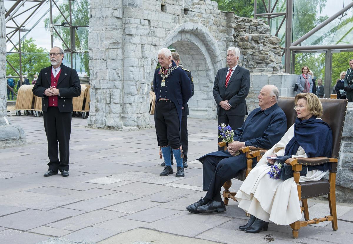 F.v. avdelingsdirektør Magne Rugsveen, Hamars ordfører Einar Busterud, fylkesmann Sigbjørn Johnsen, kong Harald V og dronning Sonja