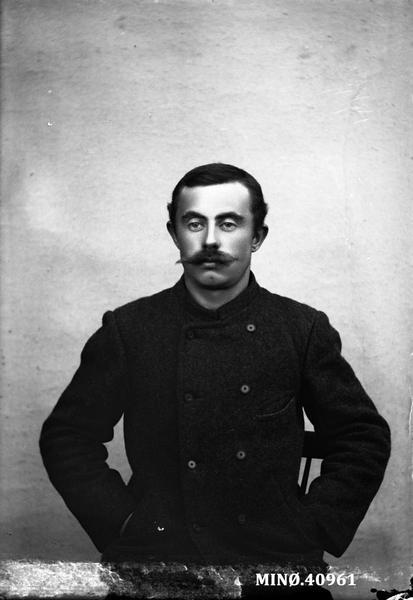 Portrett av mann - S. Petersen