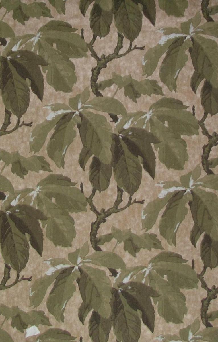 Ett storfigurigt bladmönster i vitt samt i flera ljusgröna och grå nyanser på en beigemelerad bakgrund.