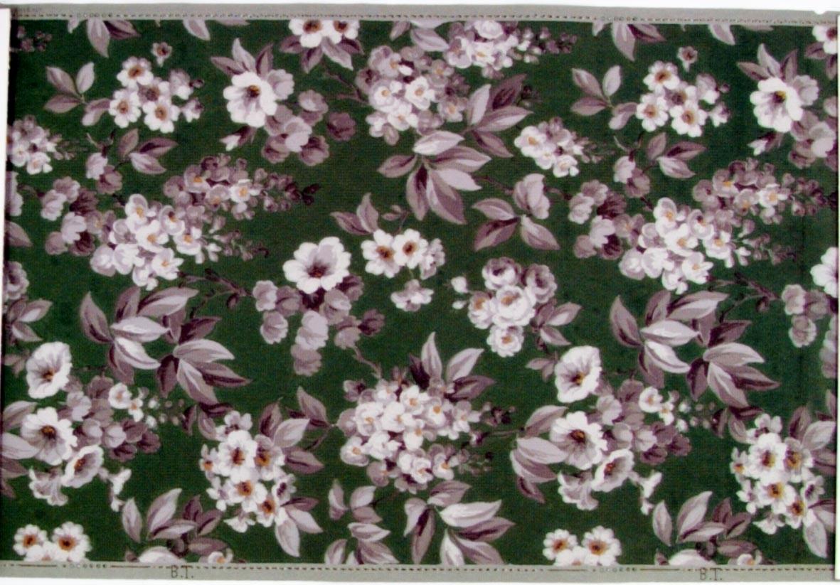 Ytfyllande blom-/bladmönster i vitt och mörkgult samt i flera ljusgrå nyanser på en grön bakgrund.