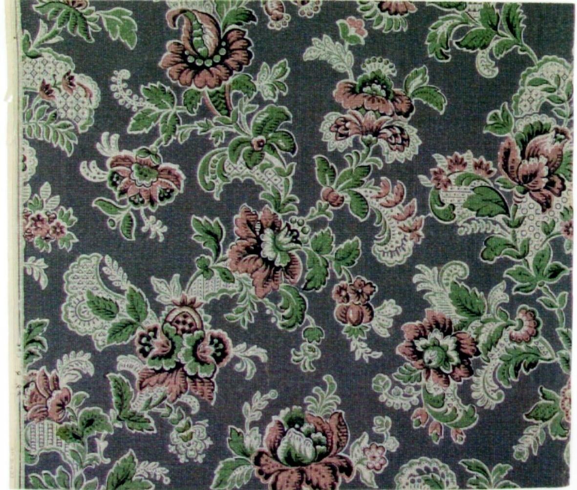 Ytfyllande fantasifullt blommönster med rocailler och akantusblad. Tryck i svart, rosa och ljusgrönt på en grå bakgrund. Ljusgrått genomfärgat papper. Övertryck med ett rand-/streckmönster.