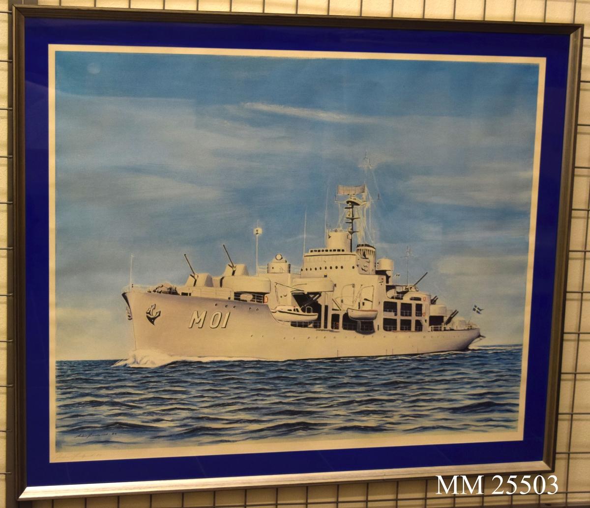 """Tryck förreställande HMS Älvsnabben (mo1) till sjöss. Fartyget från babord sida med livbåtar och livboj. Runt trycket finns en blå passepartout. Konstnärens namn finns tryckt två gånger längst ner på vänster sida. Ett tryckt och en i blyerts: """"Anders Lundqvist 84"""". Trycket bakom glas, grå ram."""