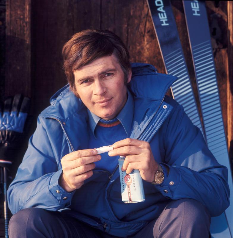 Reklamefoto av skiløper som tenner seg en røyk med Petterøes blanding.