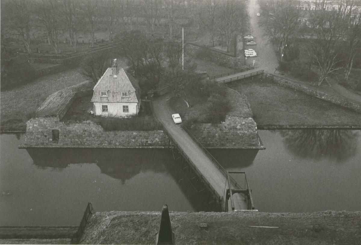 Vallgraven och ravelinen med kastellanens bostad. I bakgrunden kyrkogården. Från Kuretornets lanternin.