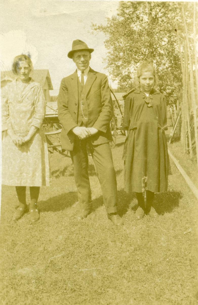 Albert Brager med dattera Marie til venstre. Jenta til høyre er ukjent.
