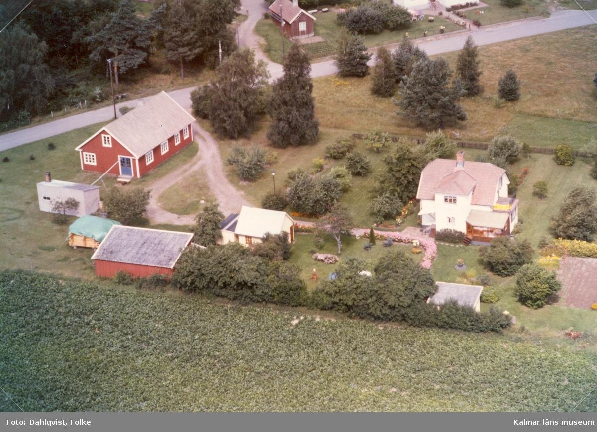 Bostadshus med sidobyggnader och trädgård i Arby socken.
