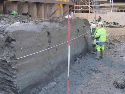 Arkeologer tegner jordprofil på feltet Barcode B13. (Foto/Photo)