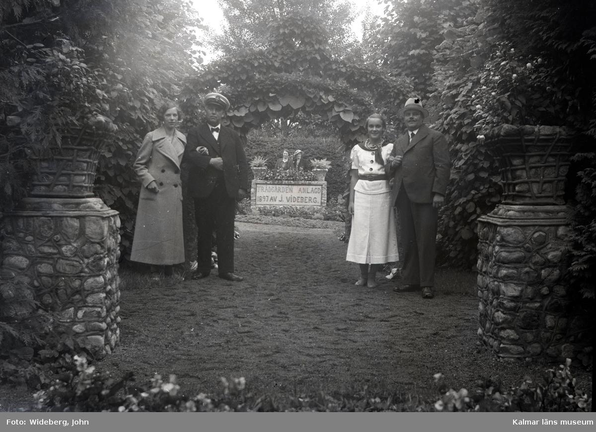 Några besökare i Widebergs trädgård.