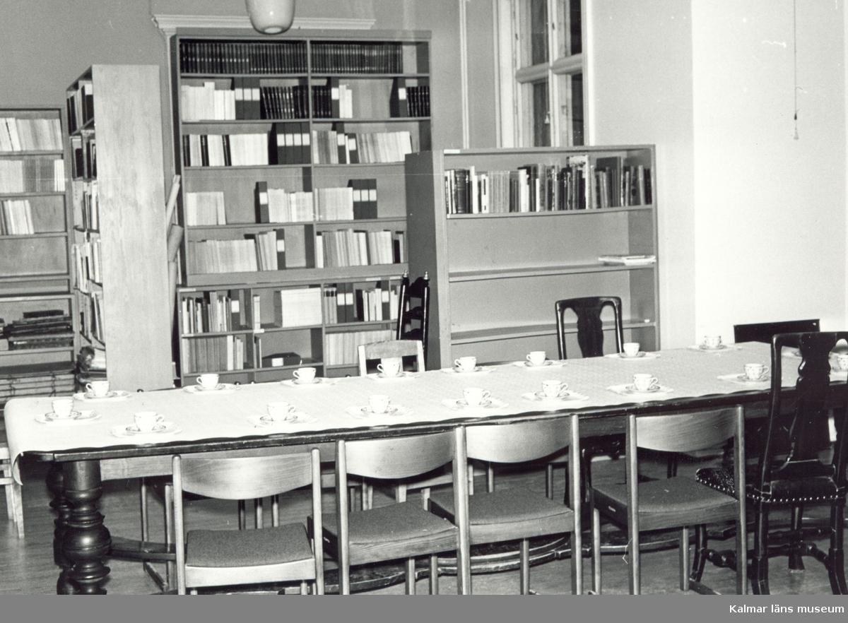 Småland, Kalmar län, Kalmar, Gamla stan, Kv Skansen. Villa Skansen byggdes av konsuln Johan Oskar Roosval 1883 Johan bodde där till sin död 1886.  Från 1914 till 1962 var navigatinsskolan inrymd i villan. Mellan 1965 och 1987 var Kalmar l¤ns museums kansli inrymt i byggnaden. Personalen Gobelängkonservering.