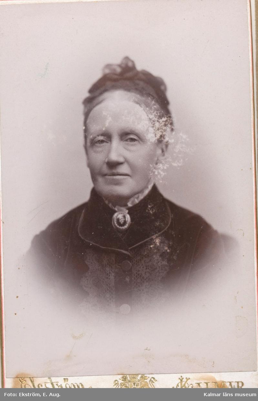 Porträtt på Biskopinnan Sjöbring f Rogberg, (1826-1909),  gift med biskop Pehr (Peter) Sjöbring, Kalmar.   Pehr Sjöbring var biskop i Kalmar 1876-1900.