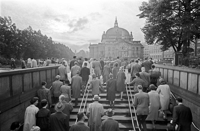 Passasjerer på T-banen kommer opp på Nationaltheatret stasjon, Oslo. Fotografert 7. sept. 1962.