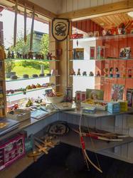 I et hjørne av butikken finnes mye til barn: trebiler, sverd, skjold, riddere og prinsesser, pil og bue, koppestell i porselen, trykkedyr, smykkeskrin mm.