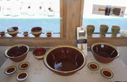 Terrakottabrune, dreide boller i glassert keramikk fra Rørospotteriet. (Foto/Photo)